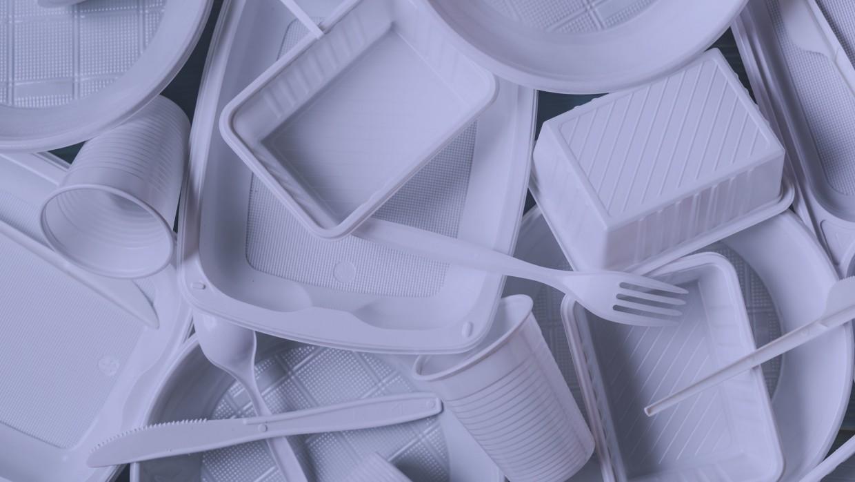 Бедные россияне не готовы отказаться от пластиковой посуды