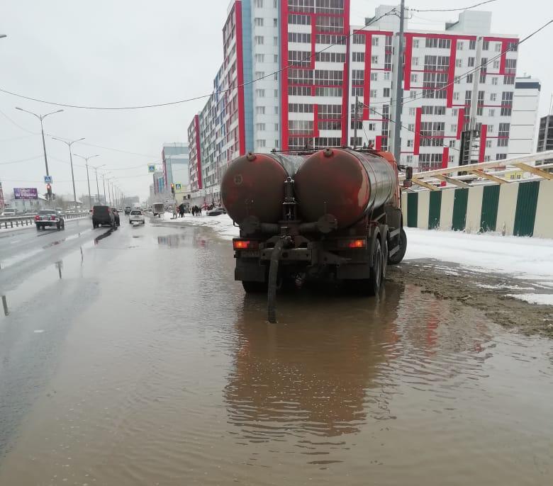 Коммунальные службы откачивают талые воды