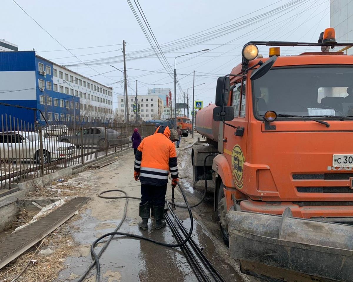 Дорожные рабочие пропаривают водотводные лотки