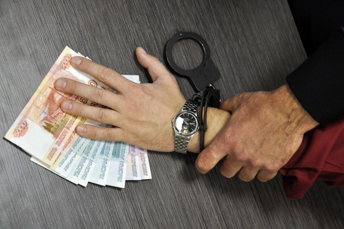 Нелегальный мигрант пытался дать взятку