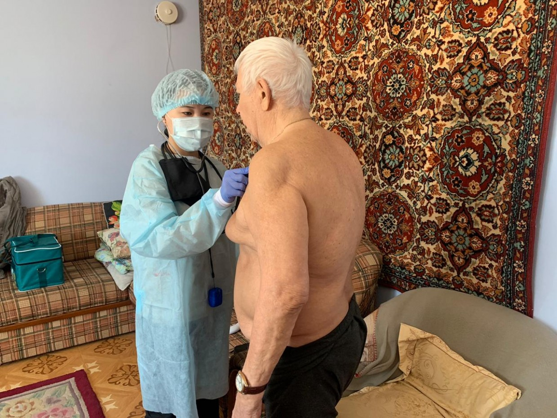 Медцентр города Якутска вакцинирует пожилых граждан на дому
