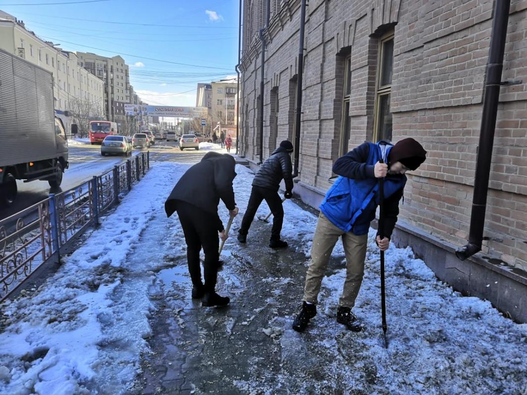 120 студентов провели субботники — почистили тротуары