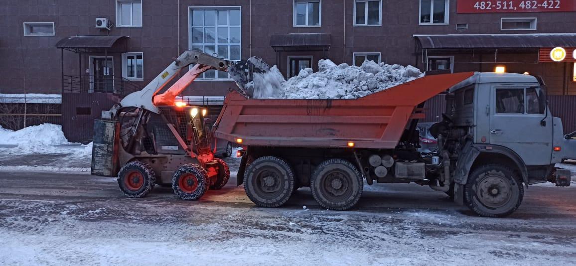 Вторые выходные подряд коммунальщики борются со снегом