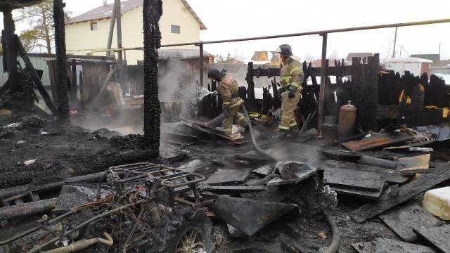 В Якутске сгорел большой гараж и две машины
