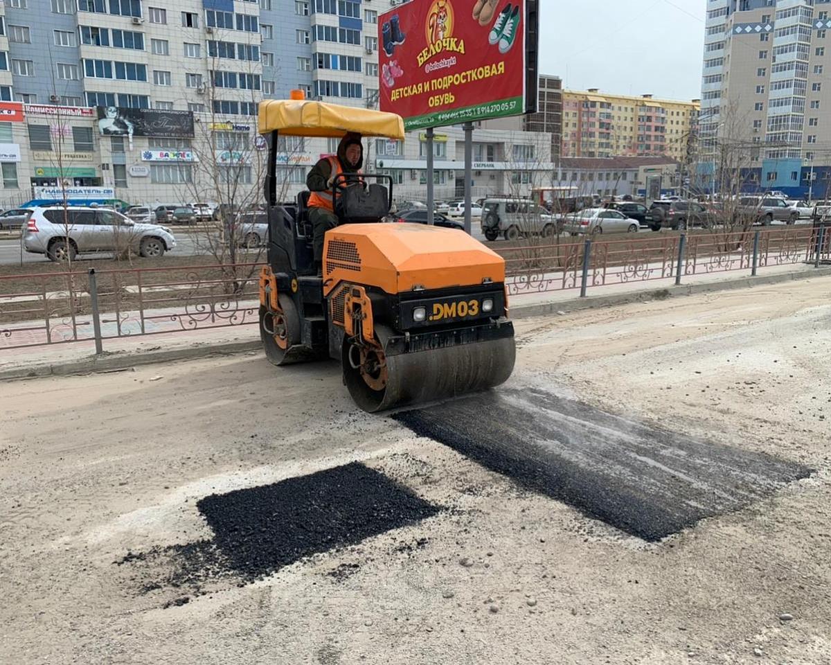 На подъезде к Комсомольской площади проводится ямочный ремонт
