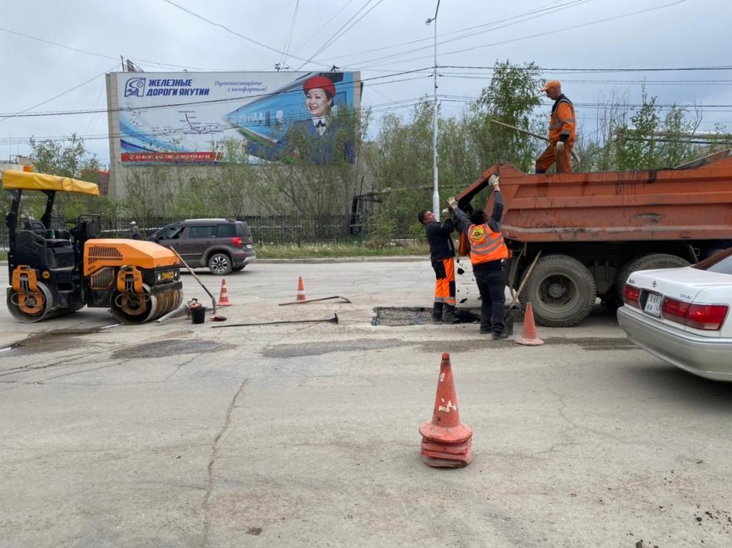 «Якутдорстрой» проводит ежедневную уборку улиц и тротуаров