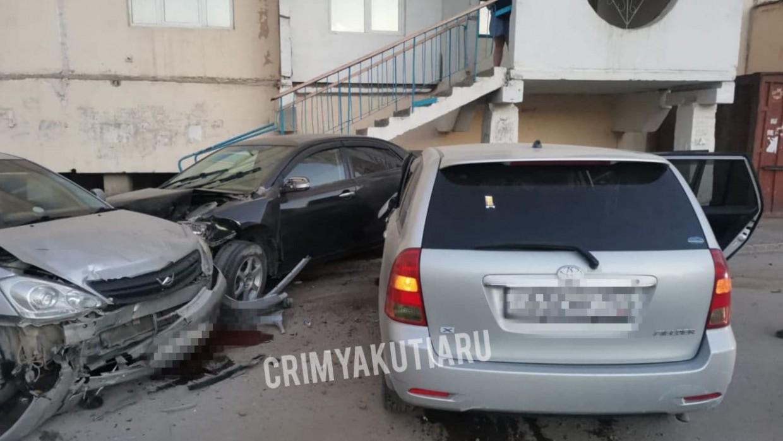 В Якутске пьяная женщина повредила сразу 5 автомобилей