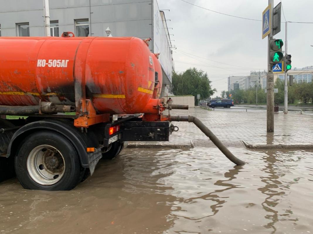 В Якутске в усиленном режиме ведутся работы по откачке дождевых вод