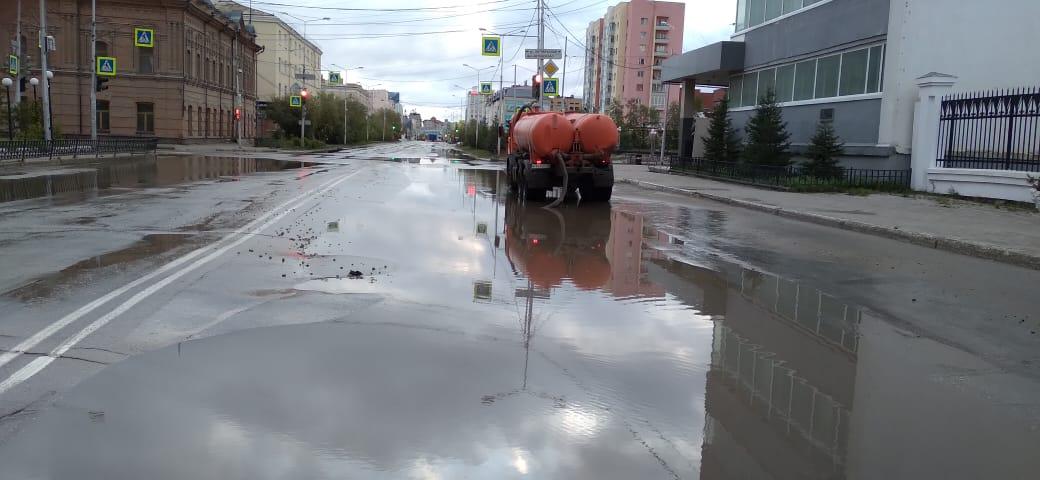 Коммунальные службы откачивают дождевую воду с заниженных мест в Якутске