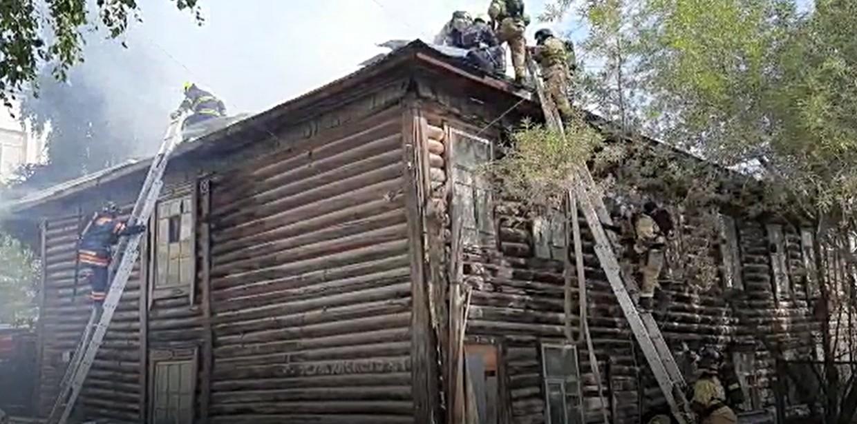 В Якутске тушат пожар в деревянном доме на Дзержинского. Видео