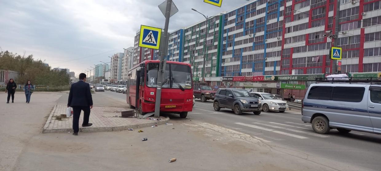 На улице Дзержинского Якутска маршрутный автобус врезался в опору