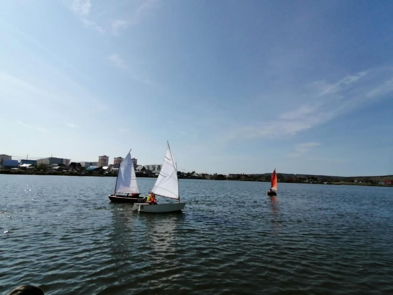 В Якутске на Белом озере дети соревновались в управлении парусными лодками. Видео