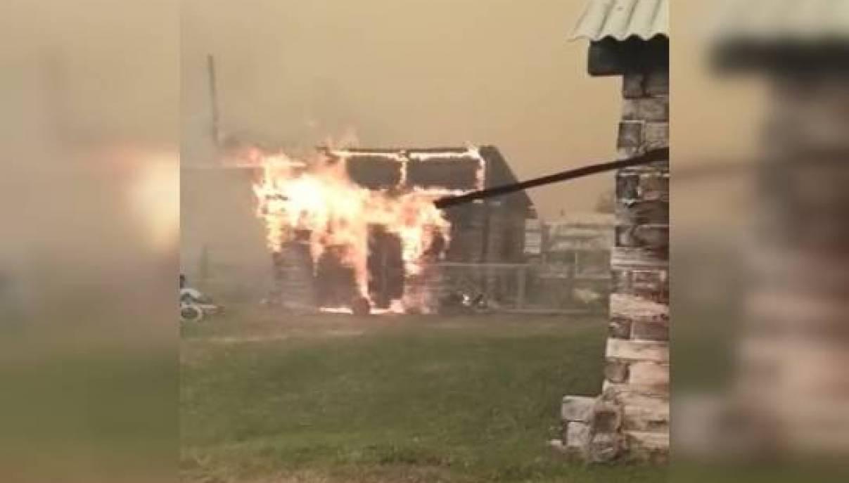 Лесной пожар подобрался к селу Бясь-Кюель Горного улуса. Видео