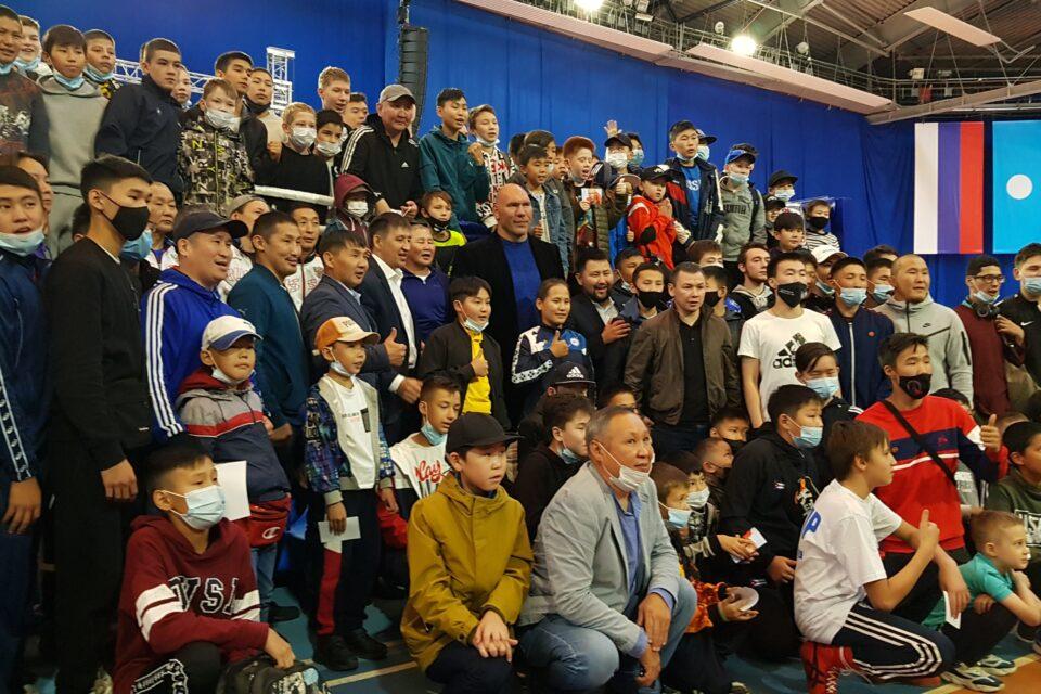 Якутские дети спросили у Николая Валуева, хочет ли он провести бой против Конора Макгрегора
