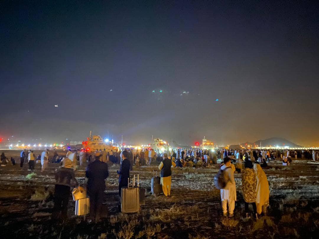 Аэропорт Кабула: тысячи людей пытаются улететь из страны