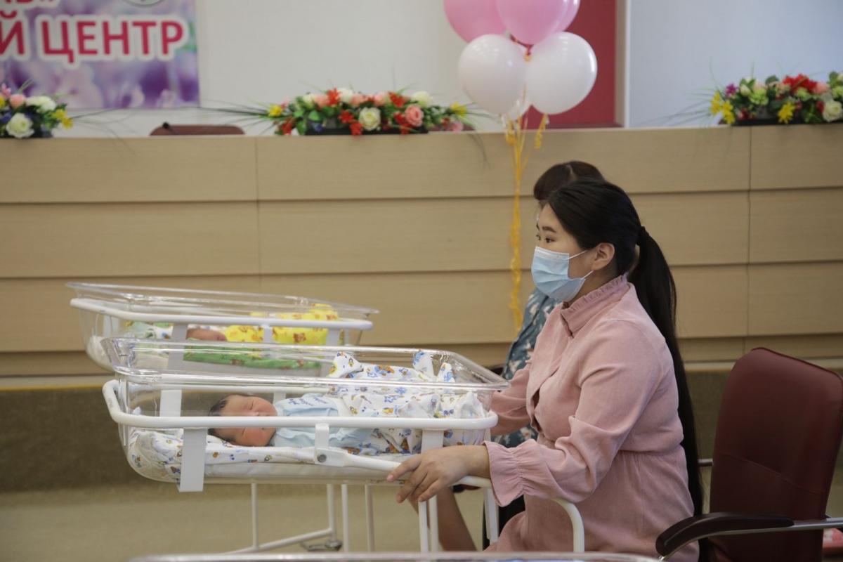 В Якутске прошла торжественная выписка детей, родившихся в День города