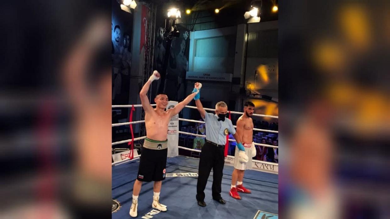 Якутский боксер Петр Васильев выиграл профбой в Турции