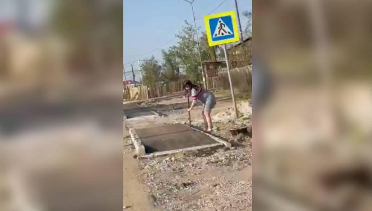 На якутянку, долбившую новый асфальт ломом, заявлено в полицию