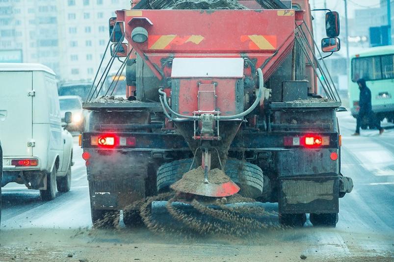 «Якутдорстрой» проводит противогололедные работы на улицах Якутска