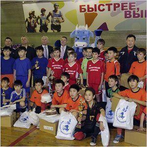 Юные футболисты получили сладкие призы