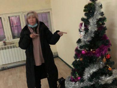 Женщину, забравшую елку из подъезда дома в Якутске, установили