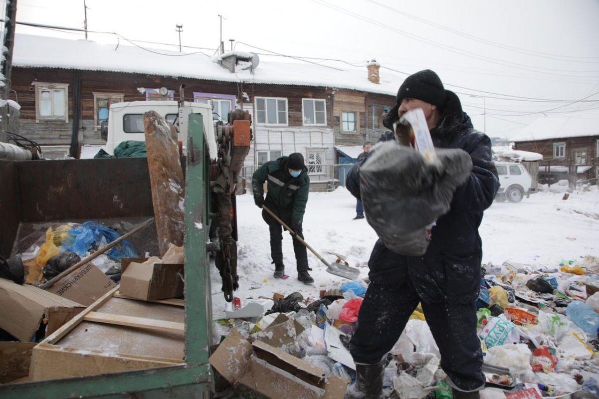 Субботник в Строительном округе Якутска: вывоз мерзлых отходов, пропарка выгребных ям