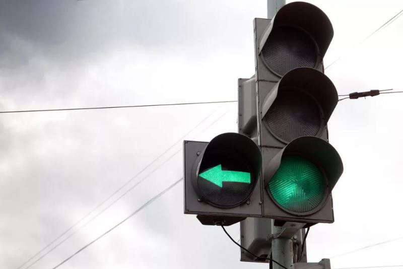Все участники дорожного движения должны следить за светофорами!