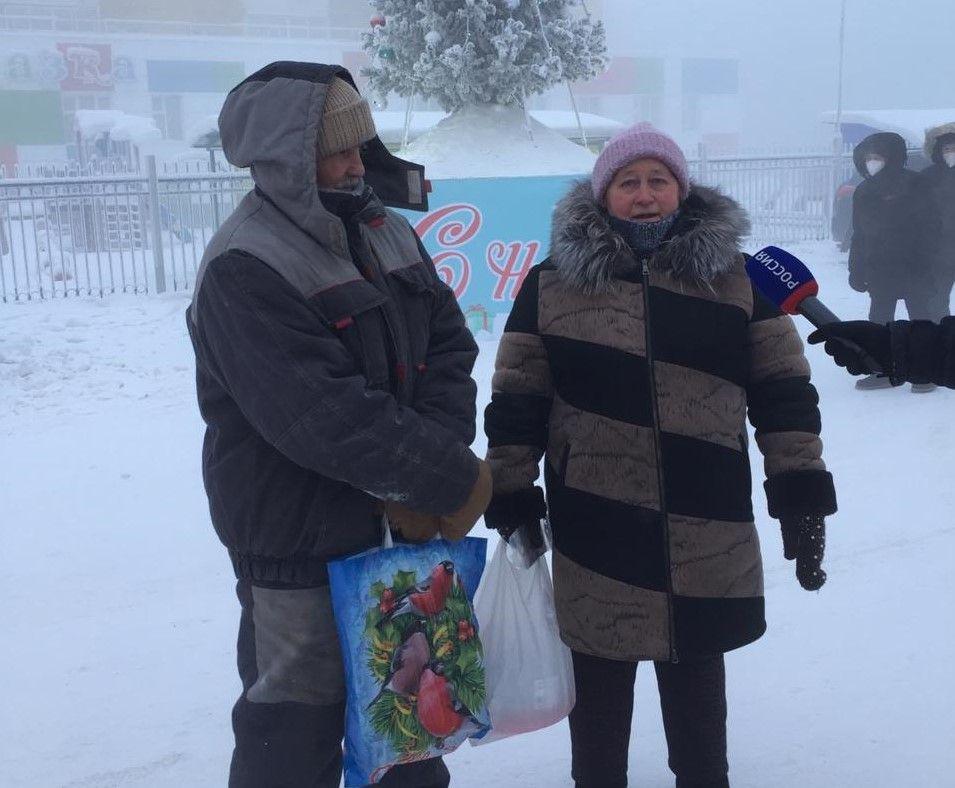 Жители Якутска подарили дворникам сертификат на 15 тысяч рублей