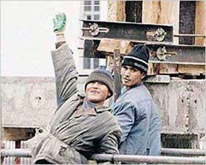 Не отвечаешь на свист строителей - получи камнем по башке!