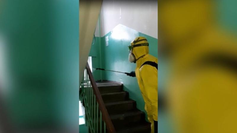 Ежедневная санобработка подъездов жилых домов Якутска продолжается