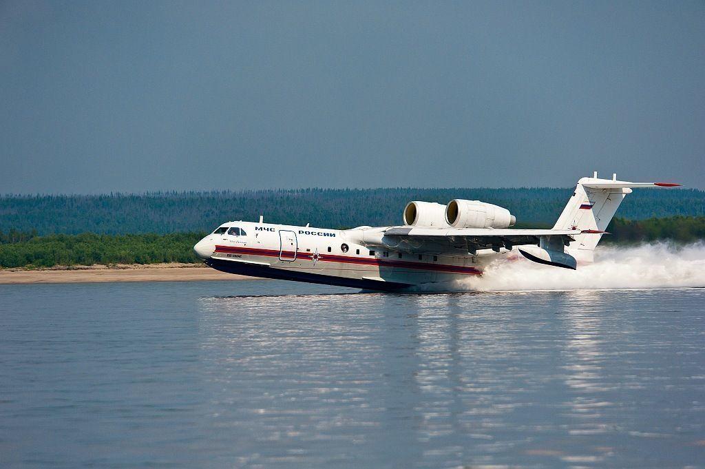 Лесные пожары тушит самолет-амфибия