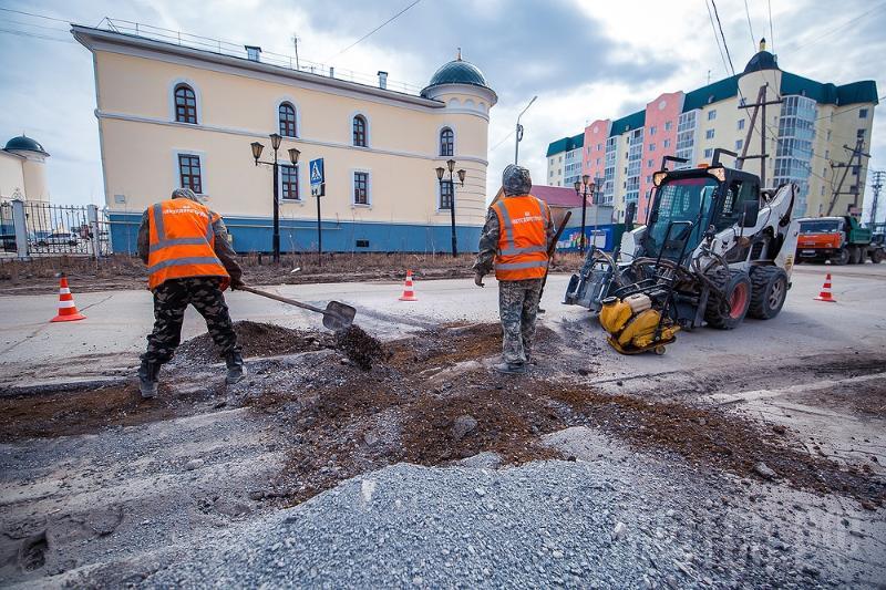 Продолжение уборок улиц и ямочный ремонт дорог в Якутске