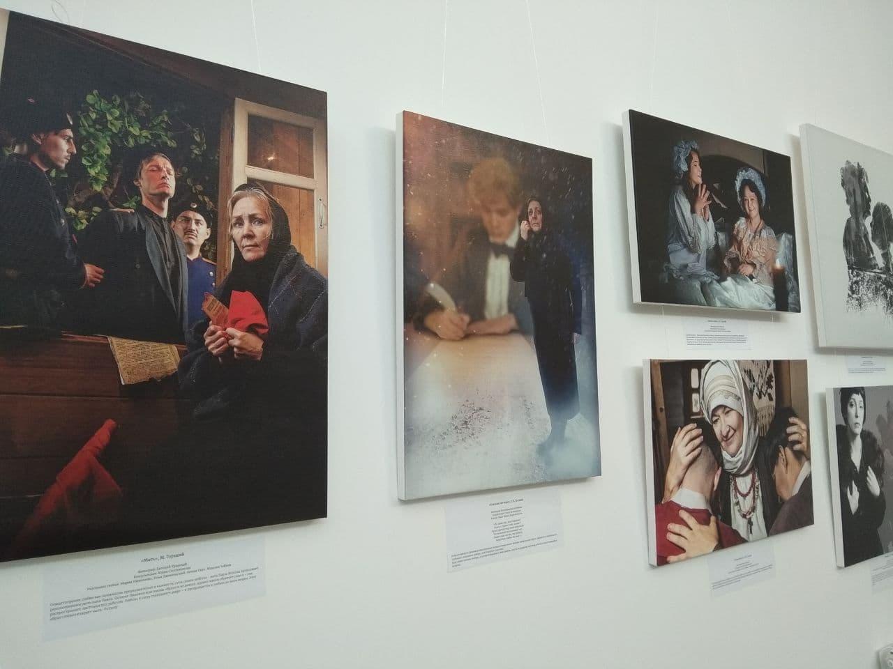 300 жителей Якутска сплотил фотопроект «Мама в книге». Выставка открылась в SMART Библиотеке