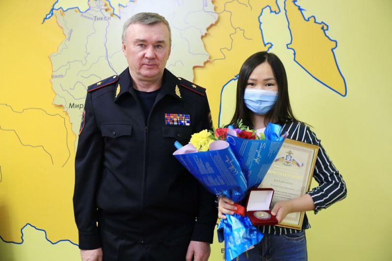 МВД Якутии наградила жительницу Якутска за чуткость и доброту
