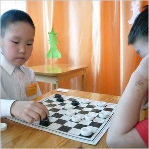 Юные шашисты штурмуют доску