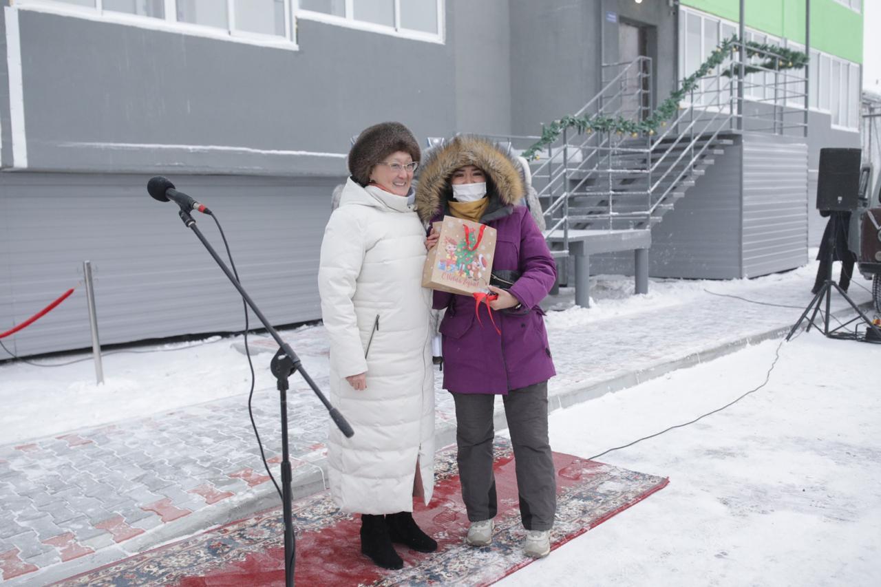 В Якутске детям-сиротам и переселенцам из аварийного жилья вручили ключи от новых квартир