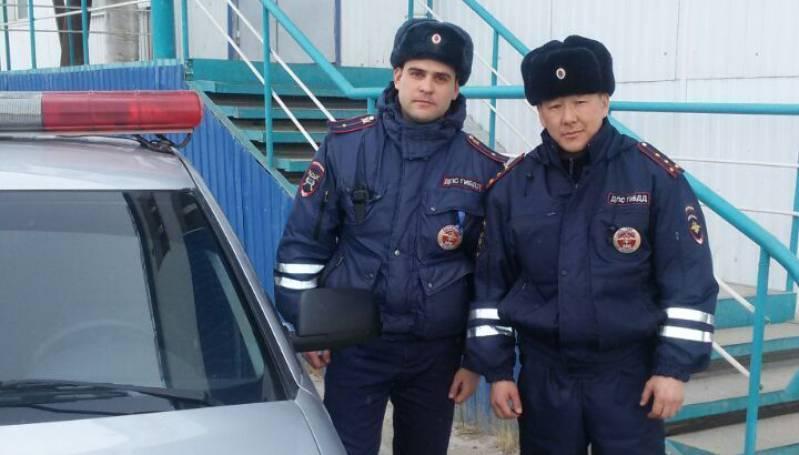Полицейские спасли от огня женщин и детей