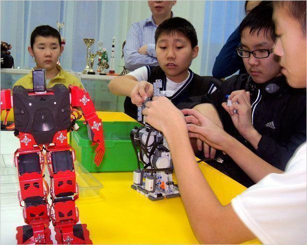 Школьники собирают роботов