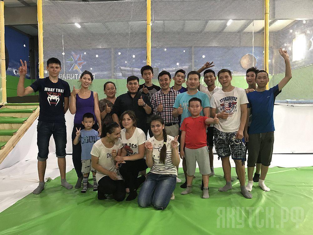 Школьники-активисты посетили батутный центр