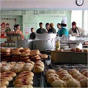 Кто кормит детей в школах?