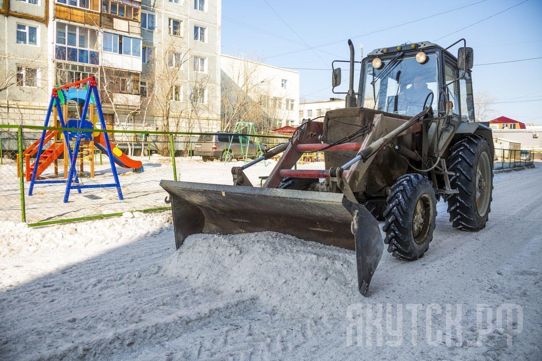 Улицы Якутска очищают от снега и наледи
